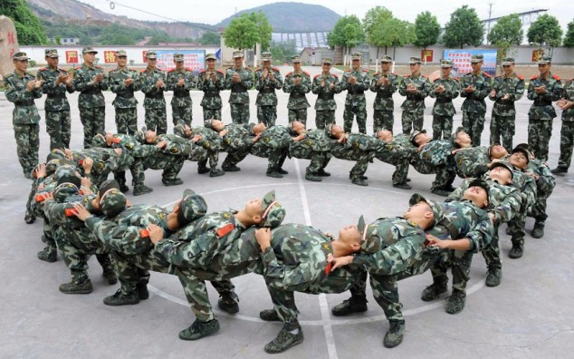 Chinese-Soldiers-in-a-Teambuilding-Exercise-634x396